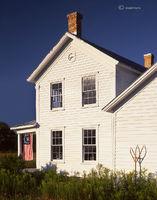wisconsin,farmhouse,flag