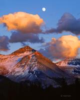 harvest,moonrise,over,vermillion,peak,colorado
